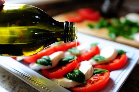 Салат Капрезе - способ приготовления салата с моцареллой, помидорами и бальзамическим уксусом
