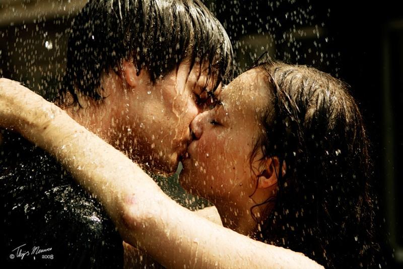 Почему во время поцелуя люди закрывают глаза