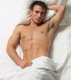 Почему мужчинам полезно спать без белья