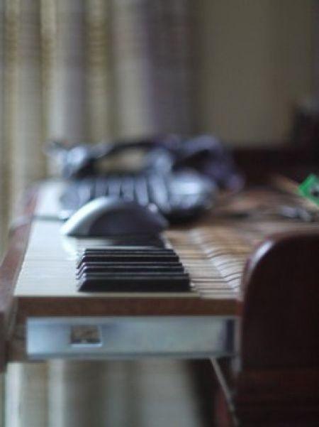 Фортепиано-трансформер стилизованное под компьютерный стол